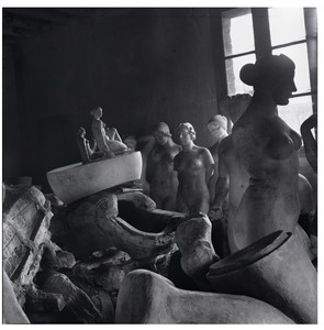 Gipsafgietsels van Maillol op de zolder van bronsgieterij Susse Frères  te Parijs in 1954