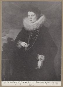 Portret van een vrouw met een grote kanten plooikraag