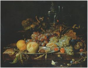 Vruchtenstilleven met dekselbokaal en fluitglas op een marmeren blad