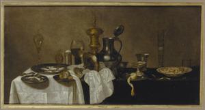Stilleven met siervaatwerk, garnalen en oesters op een deels gedekte tafel