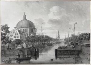 Het Singel in Amsterdam met de Ronde Lutherse Kerk; in het verschiet de Jan Rodenpoortstoren