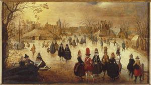 Winterlandschap met schaatsers op een bevroren vaart bij een dorp