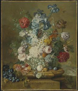 Bloemenen vruchten op een marmeren voetstuk