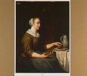 Jonge vrouw met etenswaren zittend bij een tafel