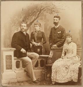 Portret van twee zusters Plate en hun echtgenoten
