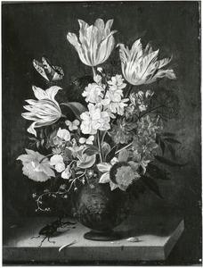 Bloemen in een terracotta vaas, met een vliegend hert, op een stenen plint