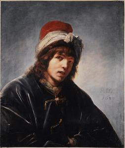 Een jonge man in een Perzisch kostuum