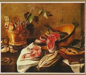 Stilleven met vis, gevogelte en een mand met vruchten op een tafel