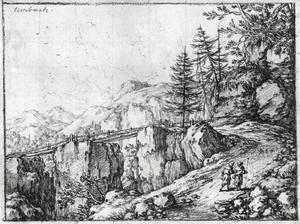Berglandschap met houten brug en reizigers lopend langs een ravijn