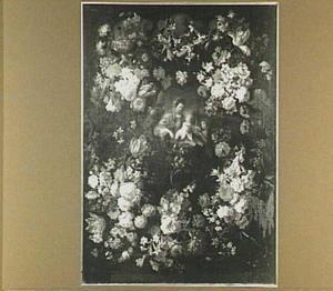 Bloemenkrans rond een medaillon met Maria en Christus als kind die een mandje met bloemen krijgt aangereikt