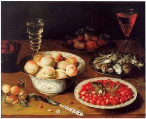 Vruchtenstilleven met twee wijnglazen op een houten tafel