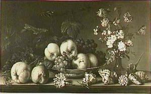 Stilleven met vruchten op een schaal en een boeketje bloemen in vaas, rondom schelpen, vruchten en insekten