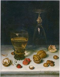 Stilleven van een omgekeerd wijnglas, een roemer aardbeien en noten op een stenen blad