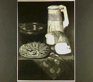 Stilleven met garnalen, ham, brood en uit, een schaal en bierpul op een gebloemd kleed