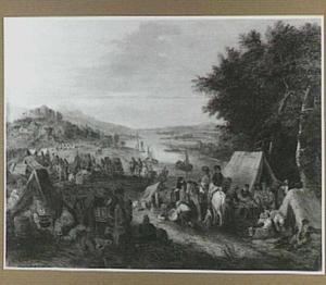 Heuvellandschap met een legerkamp bij een rivier