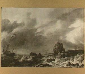 Schip in zware storm voor een rotsachtige kust