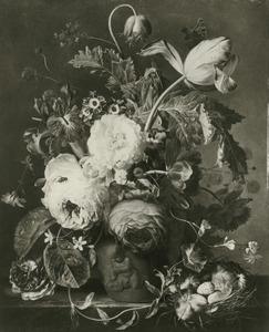 Bloemstilleven in een terracotta vaas, versierd met putti en een vogelnest op een marmeren blad