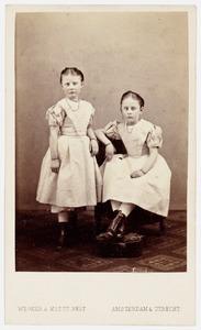 Portret van Constantia Louise van der Muelen (1863-1935) en Johanna van der Muelen (1863-?)