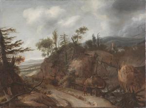 Verlaten berglandschap met een waterval rechts en een reiziger op een weg