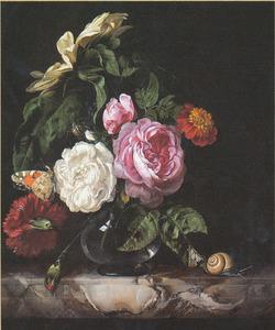 Bloemen in een glazen vaas met een slak