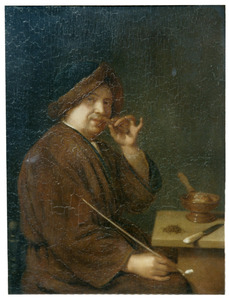 Rokende man die aan een rolletje tabak ruikt
