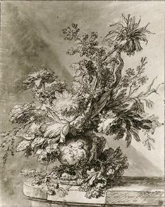 Bloemstilleven in een terracotta vaas, versierd met putti, op een tafel