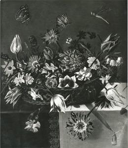 Bloemen in een rieten mand, met insecten, op een gedekte tafel