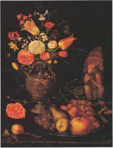 Stilleven met bloemen in een vaas, vruchten op een tinnen bord en een eekhoorn