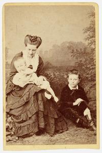 Portret van Johanna Diderika Hartevelt (1843-1890), Abraham Rutgers van der Loeff (1865-1927) en Bartholomeus Willem Rutgers van der Loeff (1871-1923)