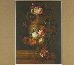Slinger van bloemen om een klasieke vaas met oren