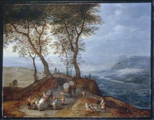 Weids landschap met reizigers op een pad langs een vallei, in het verschiet een stad