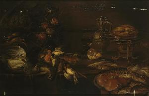Stilleven op een tafel met een mand met gevogelte, een stok met zangvogels, een vaas met bloemen, een roemer, een kruik en diverse vissen