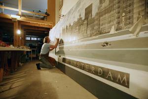 Harald Vlugt aan het werk in zijn atelier