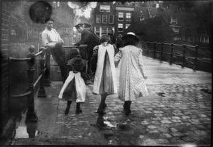 Kinderen op de Galgenbrug richting de Bickersgracht te Amsterdam