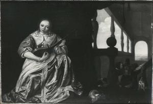 Luitspelende vrouw voor een in perspektief weergegeven gaanderij