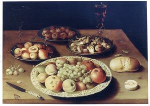 Stilleven met vruchten, noten, brood en wijn