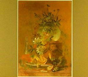 Bloemen in een vissenkom, fruit, een karaf wijn en een dode mees op een marmeren tafel