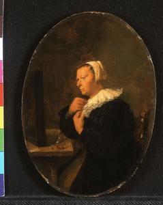 Vrouw aan een tafel gezeten, voor een spiegel