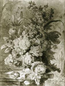 Bloemstuk in een terracotta vaas en een vogelnest op een balustrade met links een slak