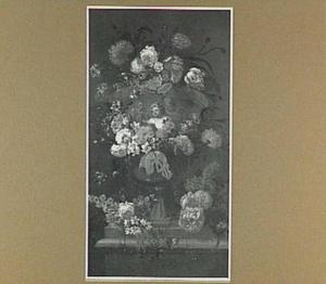Tuinvaas met putti omringd door een slinger van bloemen op een stenen plint