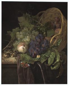Een gekantelde mand met vruchten op een deels met een purper kleed bedekte marmeren blad