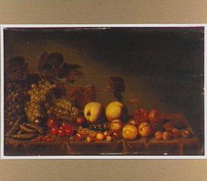 Vruchten, bonen en wijnranken op een met een kleed bedekte tafel