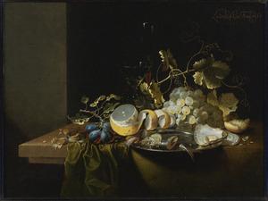 Stilleven met druiven, oesters en gerookte vis op een tinnen bord, citroen en verkruimeld brood en een Venetiaans wijnglas gerangschikt op een tafel