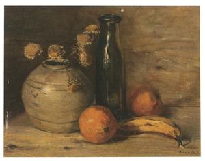 Stilleven met fles, vaas en sinaasappels