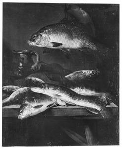 Visstilleven met zoetwater vissen op een tafel, met daarbij een kan en een vis aan haak daarboven