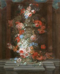 Bloemen in een classicistische amfoor op een stenen plint