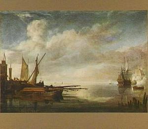 Aanlegsteiger met enkele vaartuigen bij kalm weer; rechts op de achtergrond vuurt een oorlogsschip een saluutschot af