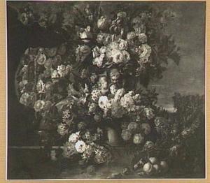 Klassieke vaas omringd door bloemen, links een fontein