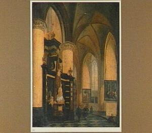 Interieur van een katholieke kerk met wandelaars bij een grafmonument