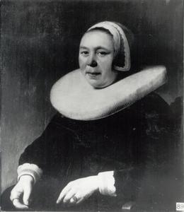 Portret van een vrouw met een zeer grote plooikraag